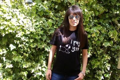 Tallas adulto camisetas de manga corta (xs-xl) tanto en blanco como en negro y sudaderas en gris con la serigrafía en negro. Precio camisetas adulto 10€